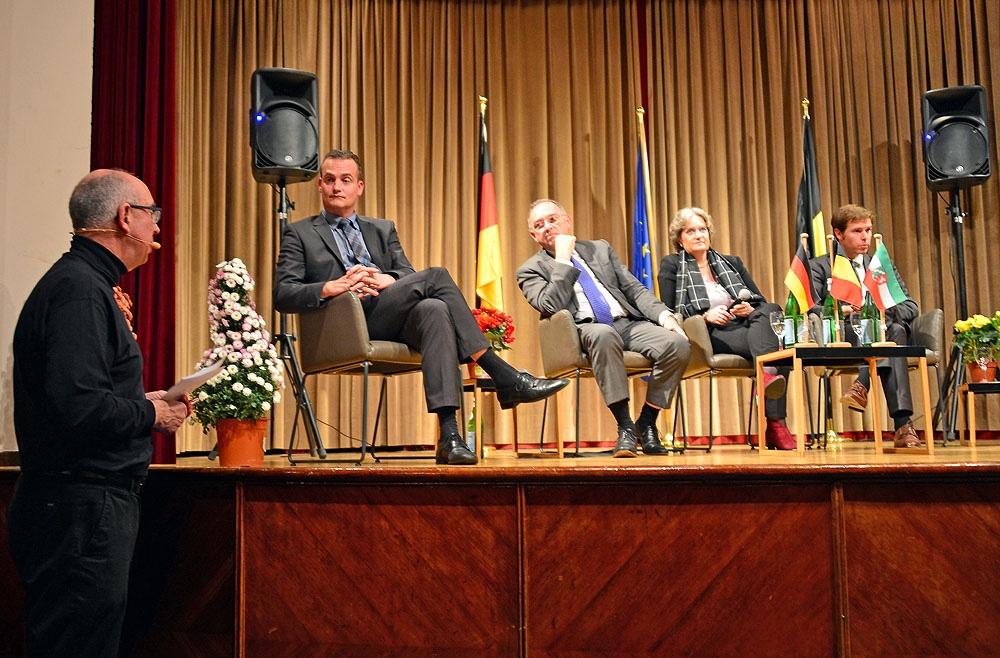 Ministerpräsident der Deutschen Gemeinschaft Paasch, Minister Walther-Borjans, Frau Kulturdezernentin Laubwitz-Ahlbach und Dr. Hentze